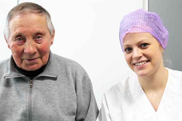 Bilde av Johannes Guttom sammen med sykepleier Elisabeth Sagen-Jerijervi.