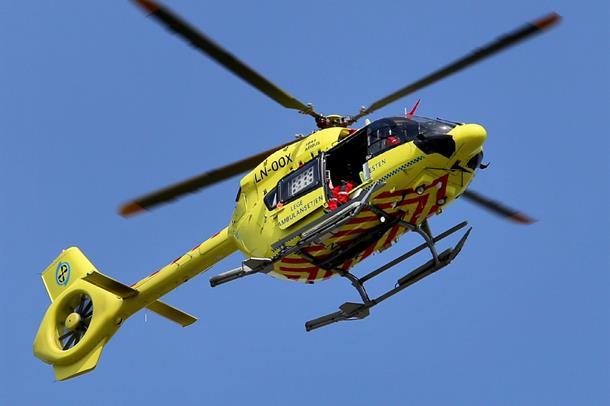 Bilde av ambulansehelikopter som flyr rett over.