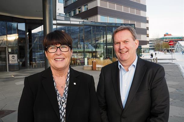 Eva Håheim Pedersen og Harald Larssen smiler etter vedtaket om ny, overordnet klinikkstruktur.