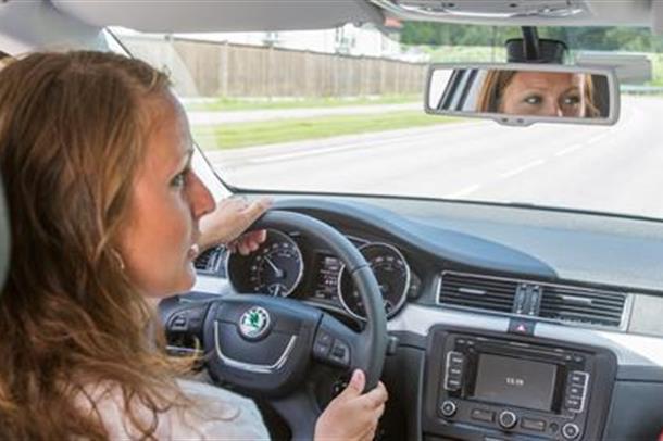Bilde av bilfører med pasientsom passasjer.