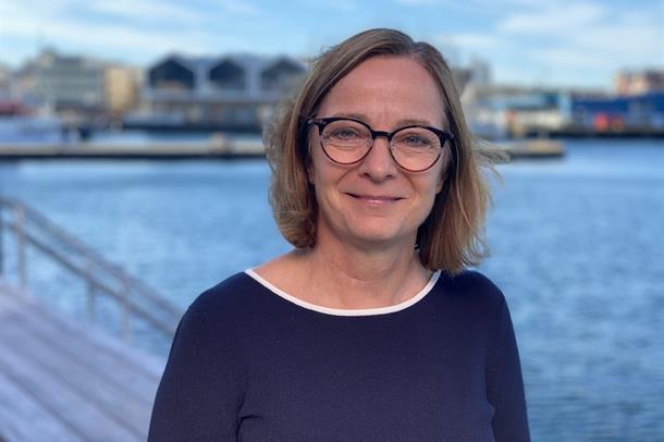 Portrett av Siri Tau Ursin med Hammerfest havn i bakgrunnen.