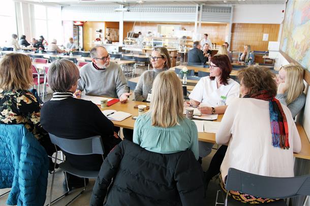 Foto av en av gruppene i diskusjon