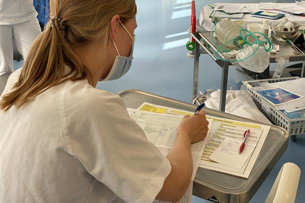 Bilde av intensivsykepleier under øvelse
