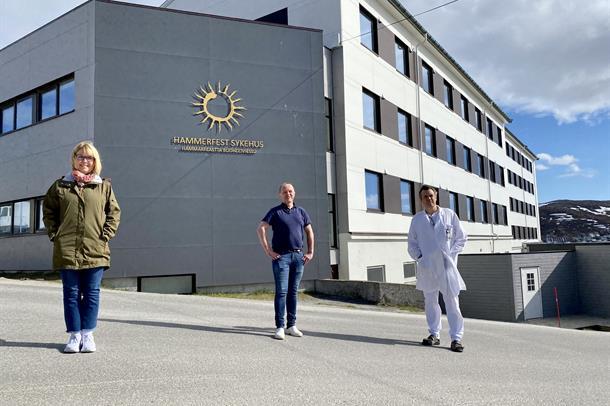 Bilde av Tone Dagsvold, Bjørn Wembstad og Uwe Agledahl utenfor Hammerfest sykehus.